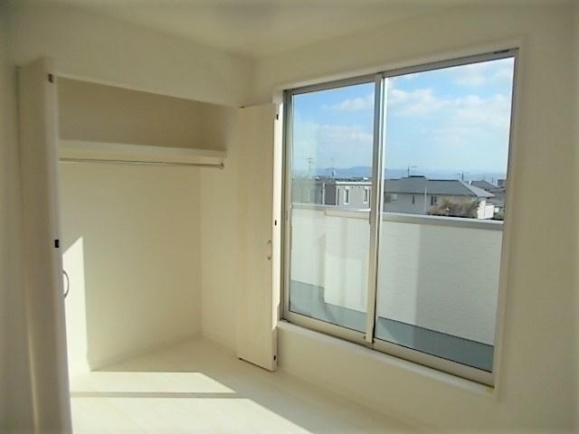 バルコニー。居室からすぐ出れるので重いお布団などらくらく干せます♪大きな窓から光が差し、明るい空間♪