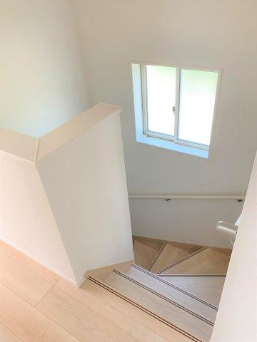 階段には手すりも付いて安心ですね