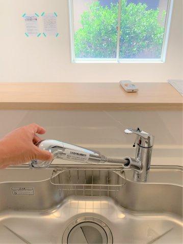 ビルトインタイプの浄水器付!ホースのように伸びるからお掃除も楽々