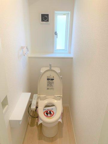 シャワートイレは節水型タイプ。1階と2階の2カ所あります