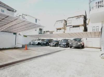 秀和四谷パークサイドレジデンスの駐車場です。