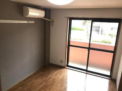 家具の接地壁面は汚れにくいクロスを採用
