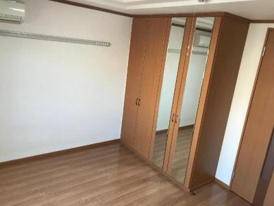 キッチン除いて約7帖ある洋室