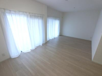 16.5帖のリビングは南東向きバルコニーに面しており日当たり・風通し◎ 壁付けタイプのキッチンでお部屋を広くお使いできます。