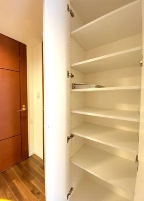 アクシルコート上野の廊下の収納スペースです。