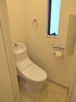 陽光が差しこむ明るいトイレです