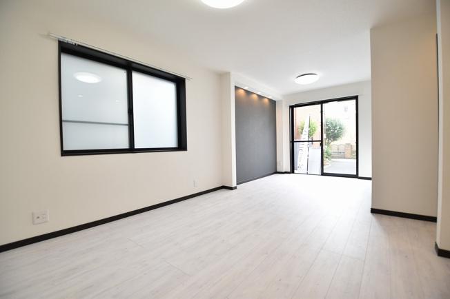 LDK15帖の空間は家族の集まる団らんスペース、明り取りの窓からからも光の集まる陽だまりの空間です。