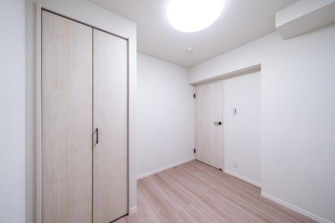 セザール西新井:約4.0帖の洋室1にもクローゼットと出窓が付いております!