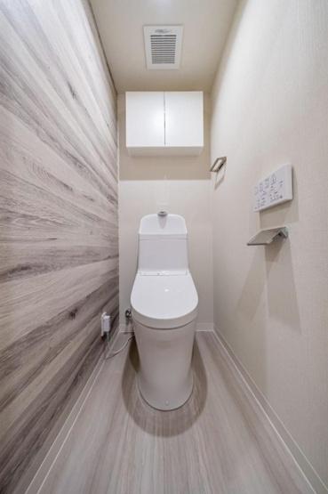 セザール西新井:ウォシュレット機能付き節水型トイレの上には吊戸棚収納が付いております♪