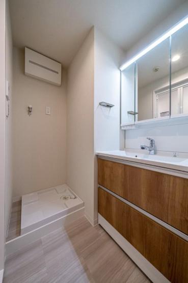 セザール西新井:明るく清潔感のある三面鏡付き洗面化粧台です!