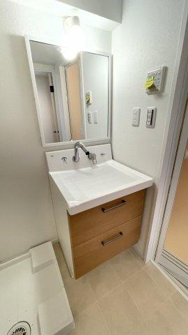 洗面台はLIXILのピアラを採用しました!蛇口が壁についている最新タイプ。水が飛び散りにくくお掃除も楽々なんです
