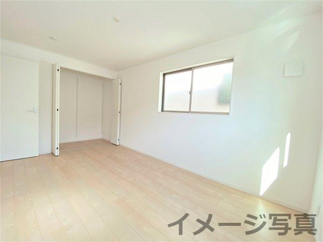 洋室。全居室収納完備。2面に窓があるので光が入り込み日中は電気いらず♪子供部屋にも主寝室にも◎