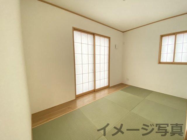 板の間付きゆとりの和室。客間としてはもちろん、洗濯物を畳んだり、お子様の遊ぶスペースにも最適です♪