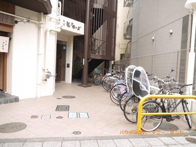 敷地内に駐輪場有ります。