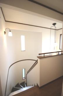 窓のある明るい温水洗浄便座のトイレです
