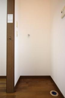 家事動線を考えたキッチン脇の洗濯機置場