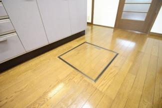キッチンには床下収納があります