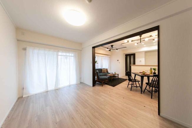 リビングの横の広々とした洋室です 仕切り戸を開けると開放的な空間になります