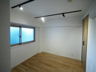 2021年9月6日撮影 窓を開けると室内の端から端まで風が通る開放的な空間になります。