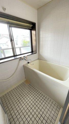 浴室に窓有り。ユニットバスに交換すると快適になりますよ!