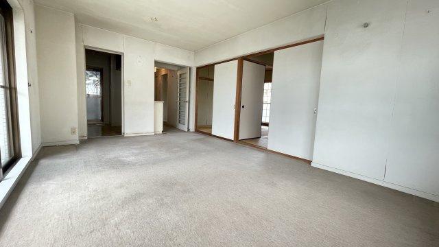 リノベ向きのお部屋です! 広いLDKと2間続きの和室のある角部屋の明るいお部屋なので、リフォームでお好みのお部屋にしませんか?