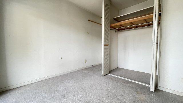 玄関横の洋室。このお部屋もバルコニーに面しているのでエアコン設置OK