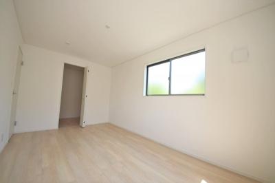 2号棟 落ち着いた色調の洋室です