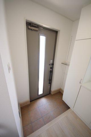 2号棟 収納もある玄関です