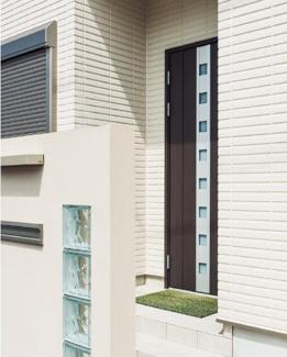 外壁は「スーパーボード仕様」耐火(他の外壁材に比べて群を抜く耐火性です)・断熱・遮音性・強度・低吸水性に優れた外壁材です。10年保証付き。厚さ37mmのコンクリート系パネルが重量感あふれる住まいを演出