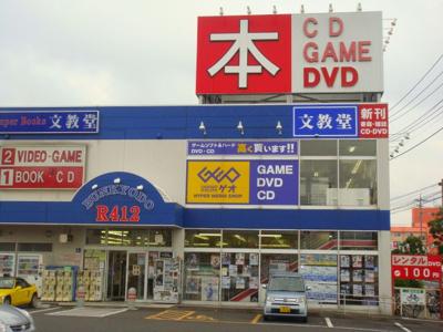 近隣には、書店とレンタルショップがございます。パーシモン弐番館
