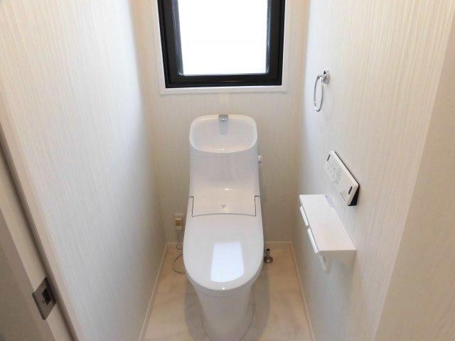 いつも綺麗に清潔に!ウォッシュレット付きトイレです♪窓も付いてるので空気の入れ替えも楽にできます。