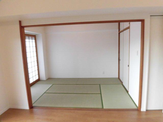 リビングダイニングとつながった快適な和室のお部屋。様々な用途にお使いいただけます 障子から差し込む光がやさしく、くつろげる空間に