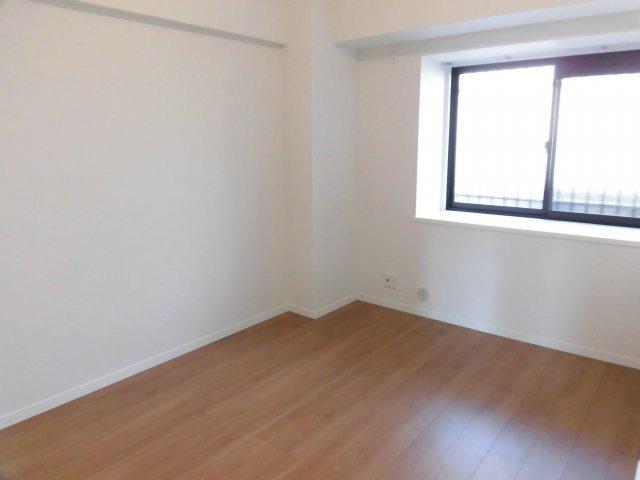 5.8帖の洋室。プライベートなポーチに面した出窓なので、外からの視線が気になりませんね