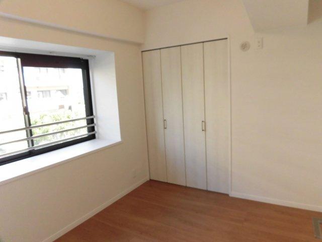 4.6帖の洋室。各部屋にはクローゼットを完備しています!収納が多いお家はすっきりして快適空間です♪