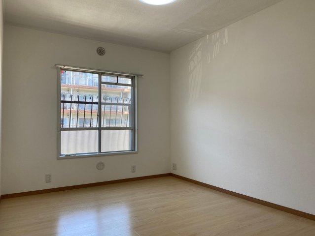 洋室はそれぞれ大きめの窓が付いているので明るく採光がとれ、開放感があります
