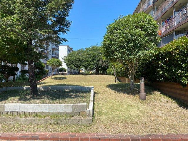 敷地内公園。きれいに整備されているので子どもたちでにぎわいます。新しいお友達を作るのにうってつけの環境です♪
