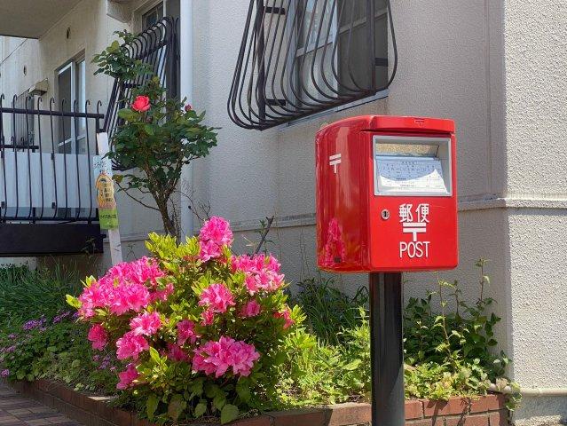 建物脇にポストがあるので、出かけるついでにさっと投函できて便利ですね♪