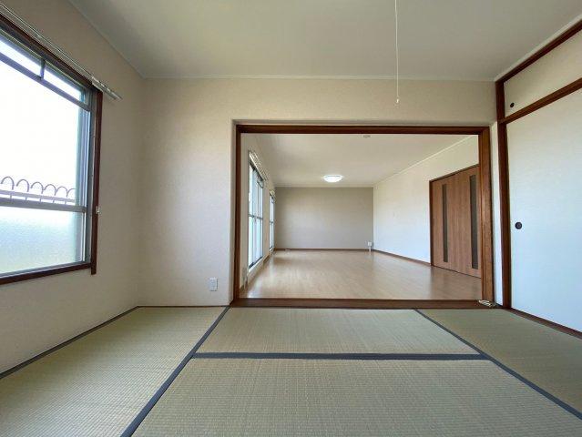 リビング横の和室は戸を開放することで、和洋融合の奥行のある広々空間としての利用も可能です。客間としてはもちろんのこと、小さいお子さんのプレイルームとしても大活躍です♪
