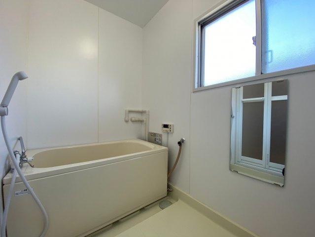 浴室も明るい空間です♪窓がついてるので換気もらくらく。換気がラクにできるとカビ臭くない浴室が維持できますね♪