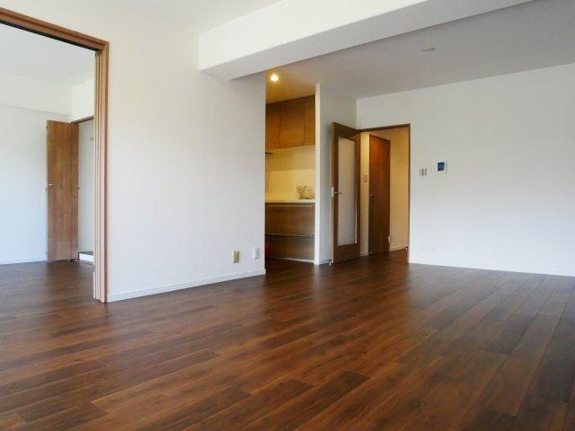 LDK17.7帖。隣の洋室と続きになっているので、引き戸を開けて広く使う事もできます。
