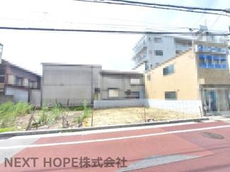 前面道路は東側に幅員約6.1mの公道に約8.4m面しております♪最寄駅の阪神「尼崎」駅まで徒歩4分の好立地です(^^)