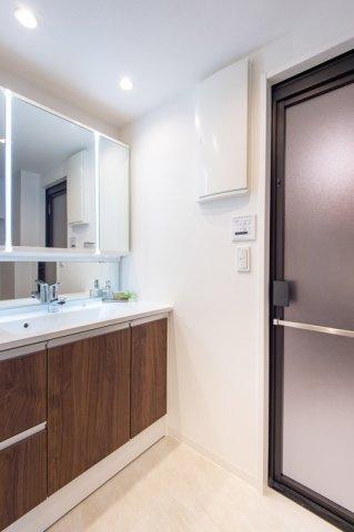 コスモ上野パークサイドシティ:三面鏡がが付いた明るく清潔感のある洗面化粧台です!