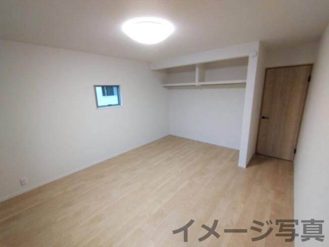 クローゼットは扉が無いオープン収納!家具配置もしやすく、見えることで自然と片付けの意識が高まります
