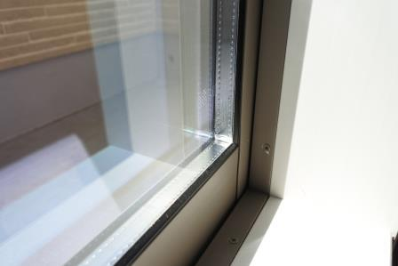 ペアガラス樹脂サッシ。Low-E加工あり。断熱性高く光熱費削減。結露もほとんどなし。3重ロック。