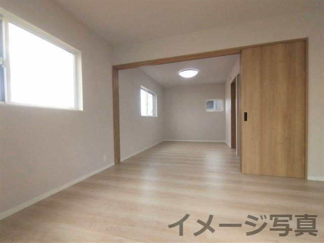 リビング続きの洋室。扉を開ければ解放感があり、閉めておけば個室として使えて機能性◎