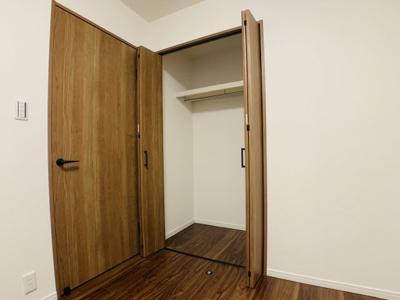 各居室にクローゼットを設けてございます。ハンガーパイプ付きでスッキリ整理整頓できますよ。