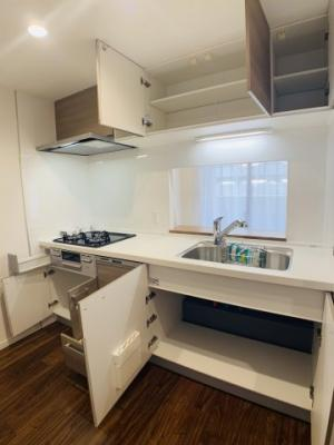 独立型キッチンのメリットは収納力の豊富さです。物が溢れがちなキッチンの整理整頓をサポートしてくれます