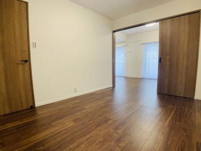リビングと続き間になっている洋室は、ご家族環境に合わせて使い方自由自在です。