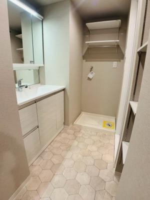 洗面スペースにはサニタリー収納を設けました。タオルの収納などにとても便利なんです!