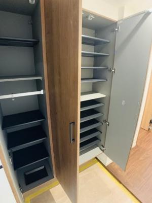 大容量のシューズボックスは家族全員の靴を収納出来ます。棚板はお好きな高さに調節可能!